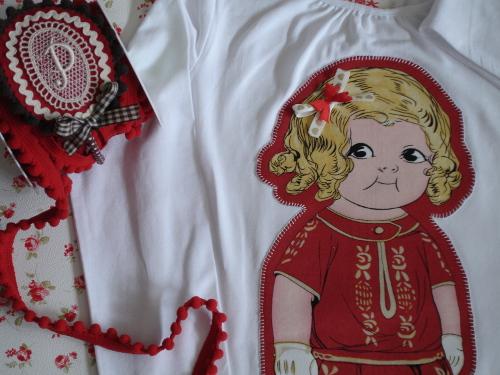 Detalle camiseta muñeca roja