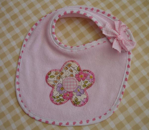 babero florecita rosa