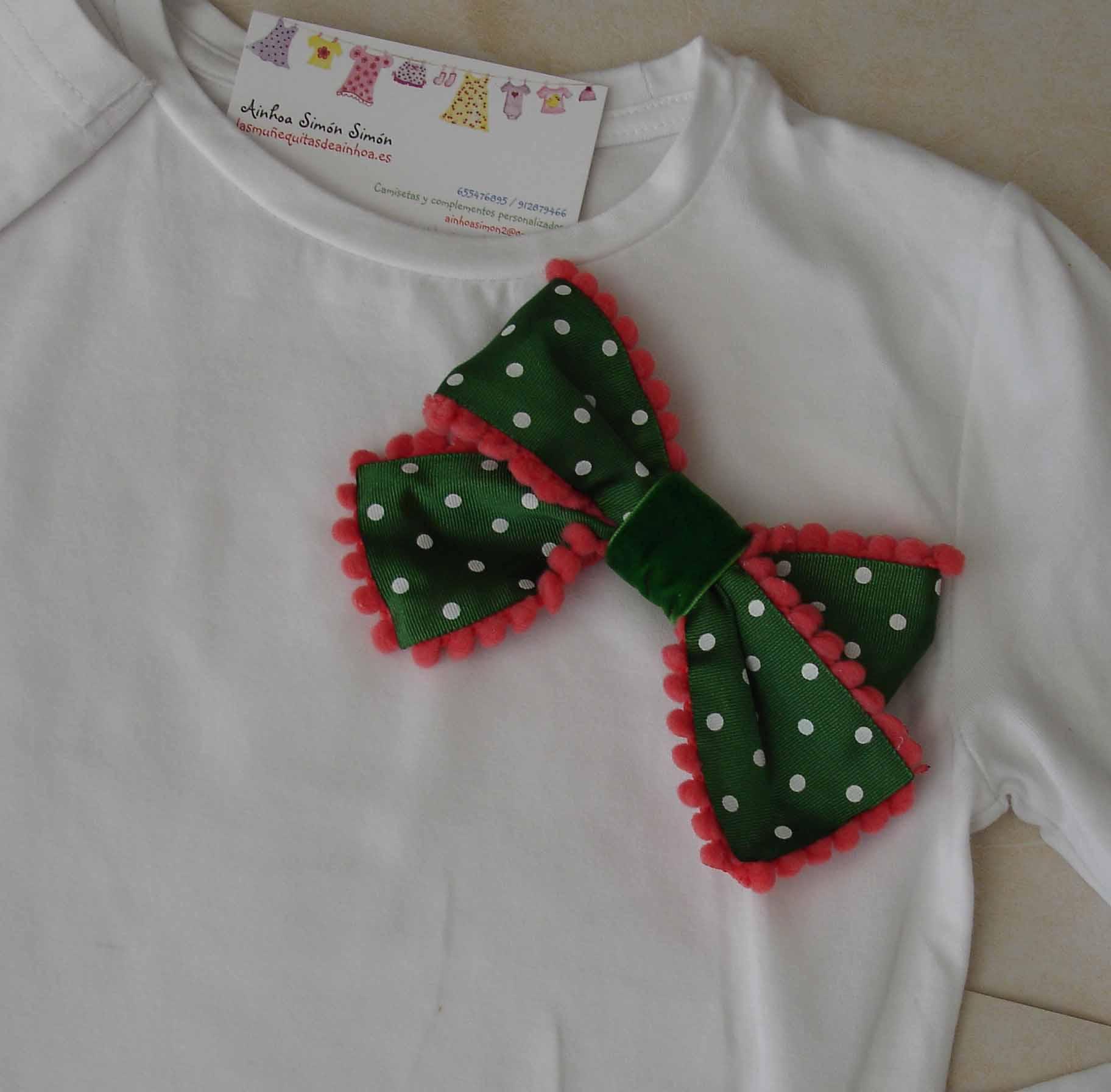 Camiseta coral y verde. Detalle lazo