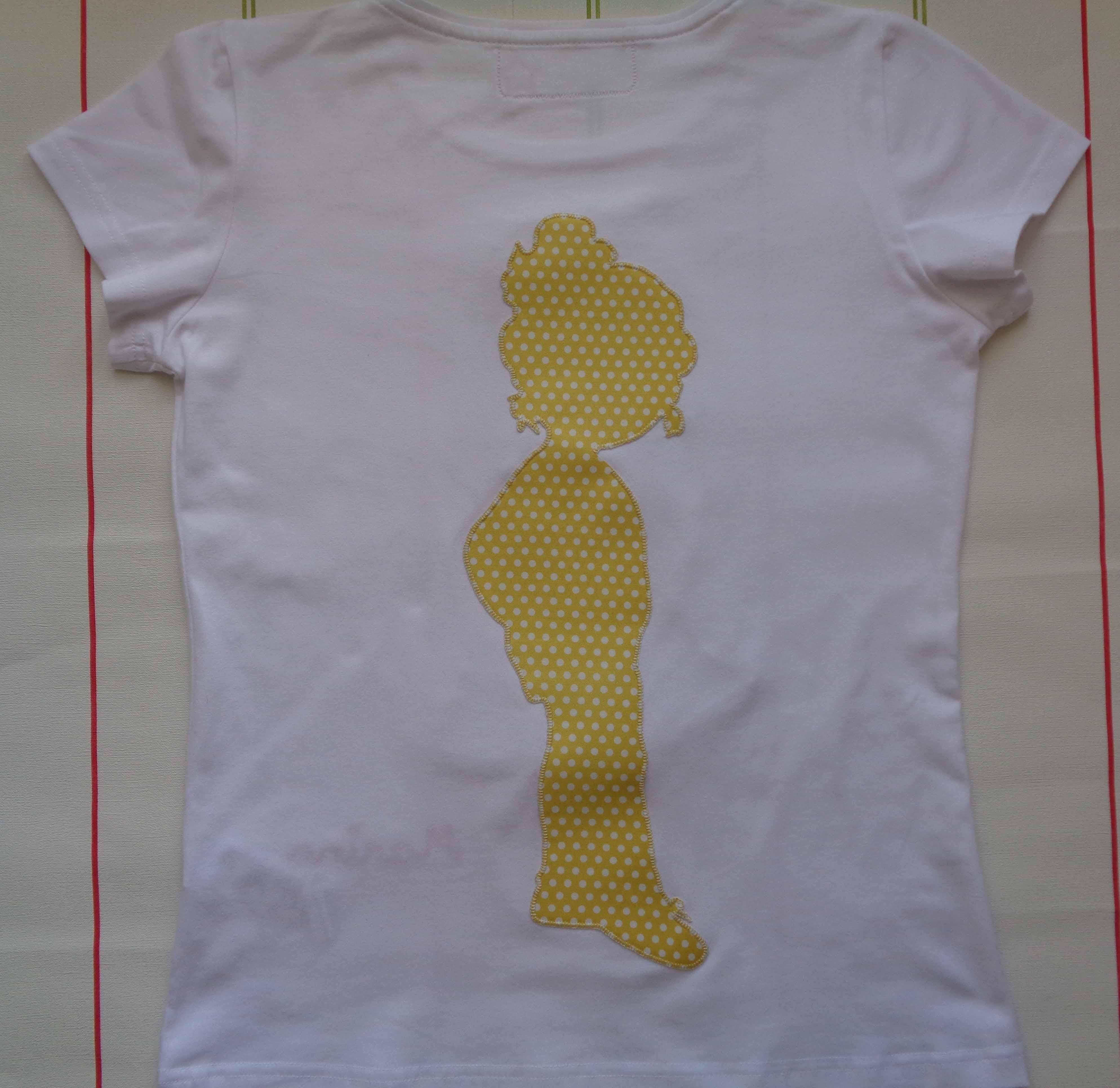 Camiseta muñeca con vestido de volantes. Marina 1