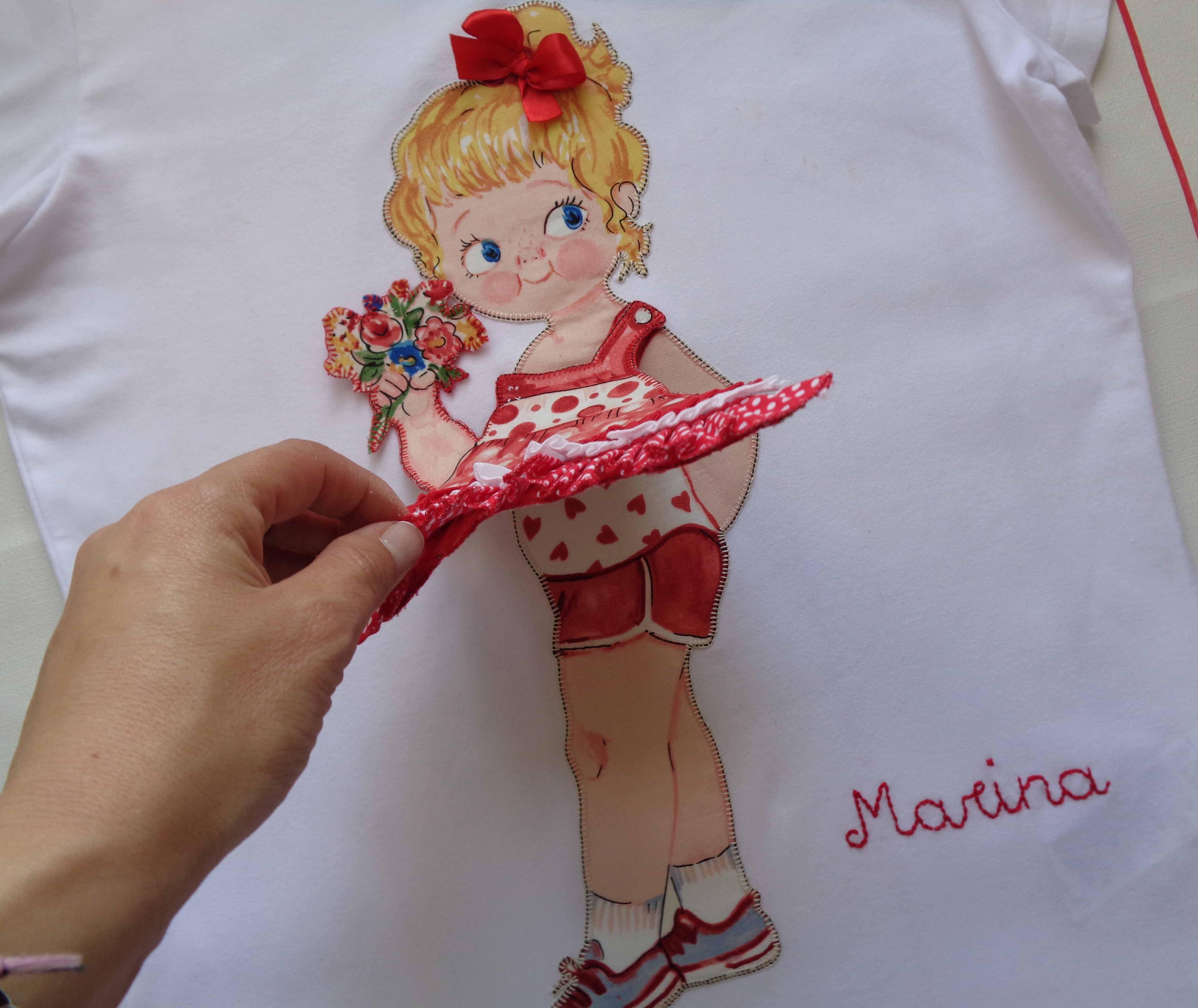 Camiseta muñeca con vestido de volantes. Marina 2