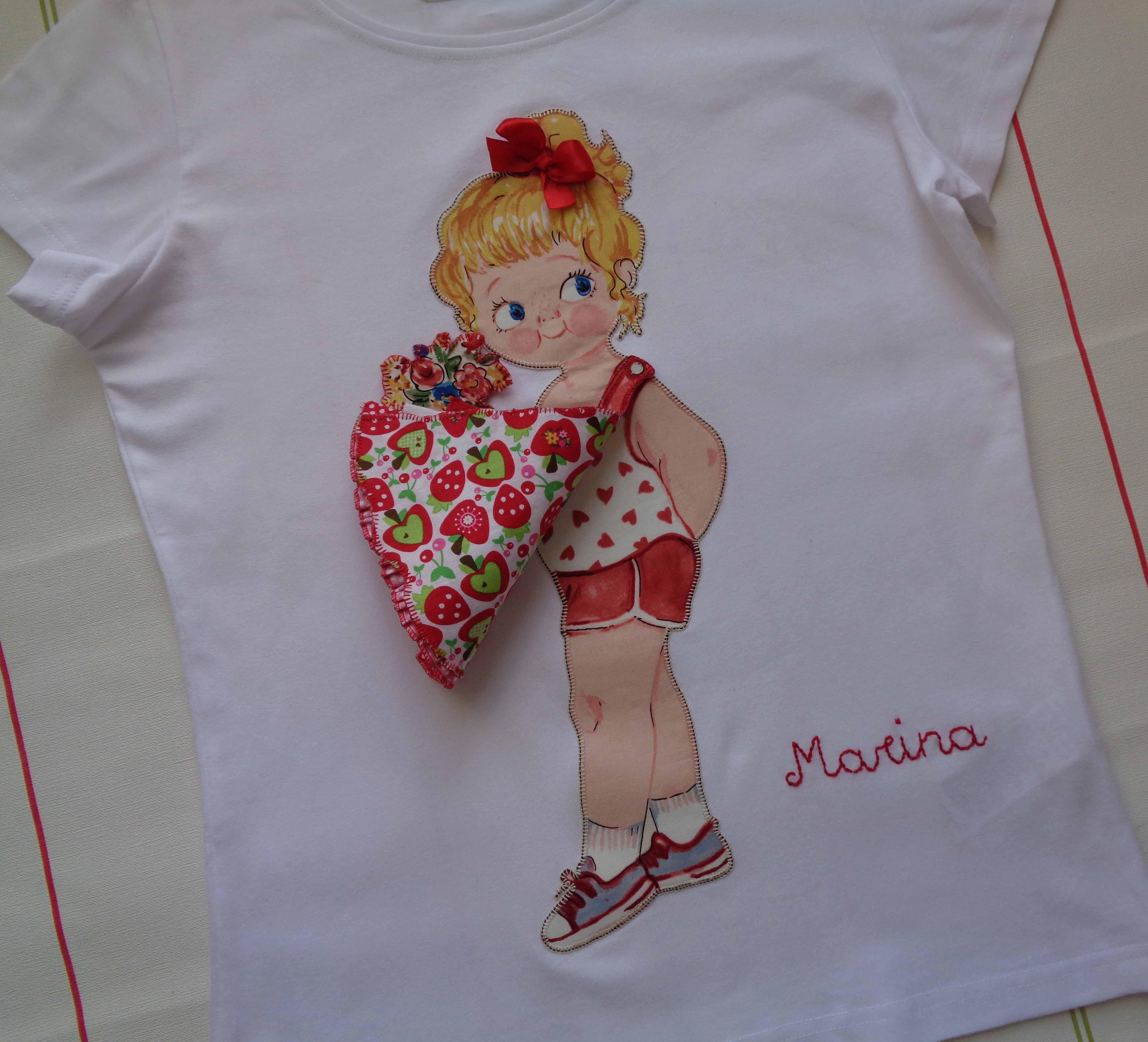 Camiseta muñeca con vestido de volantes. Marina